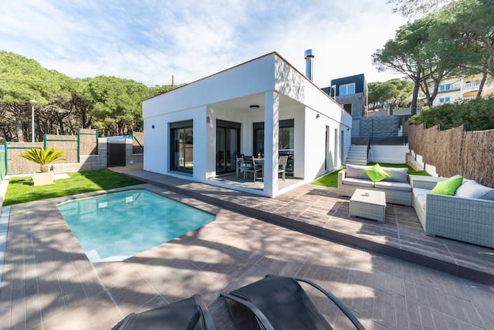 Elia: Modern house with pool 200m from the beach Montgó