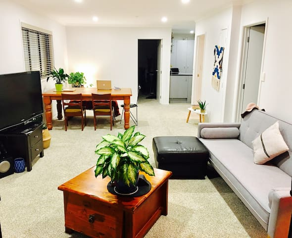 Beautifully-Lit, Top-Floor Apartment In Eden Tce - Auckland - Wohnung