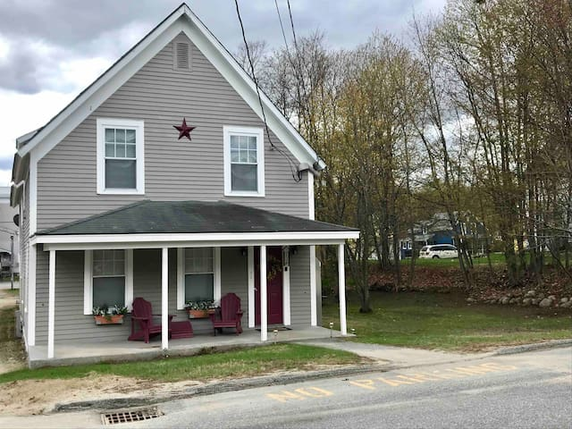 2 Bedroom, 4 Bed, downtown apartment with porch