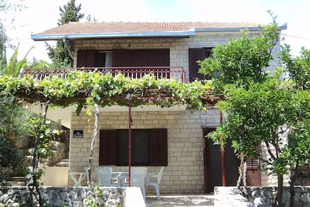 Holiday house - 50m from beach - Okrug Gornji