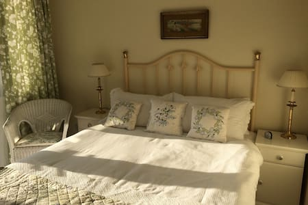 Charming rustic styled private double room - Groomsport - Bungalow