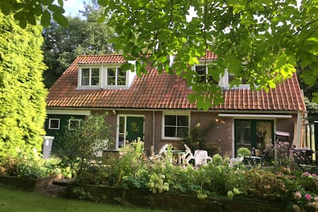 Ruim gerenoveerd huis in grote tuin vlakbij Veere - Veere - 独立屋