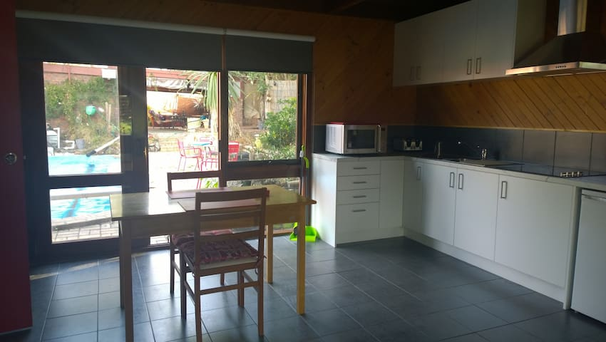 Private Peacful, large space, swimming pool,dvds - Frankston South - Apartamento