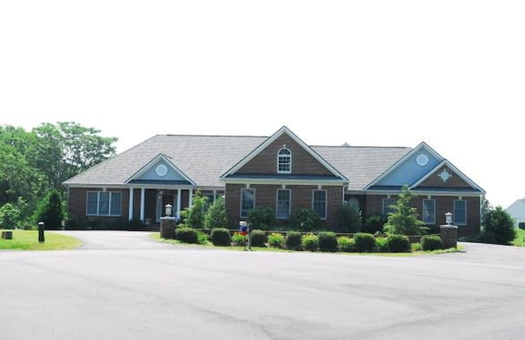 Suburban home w/pool in Virginia an hour from DC - Warrenton