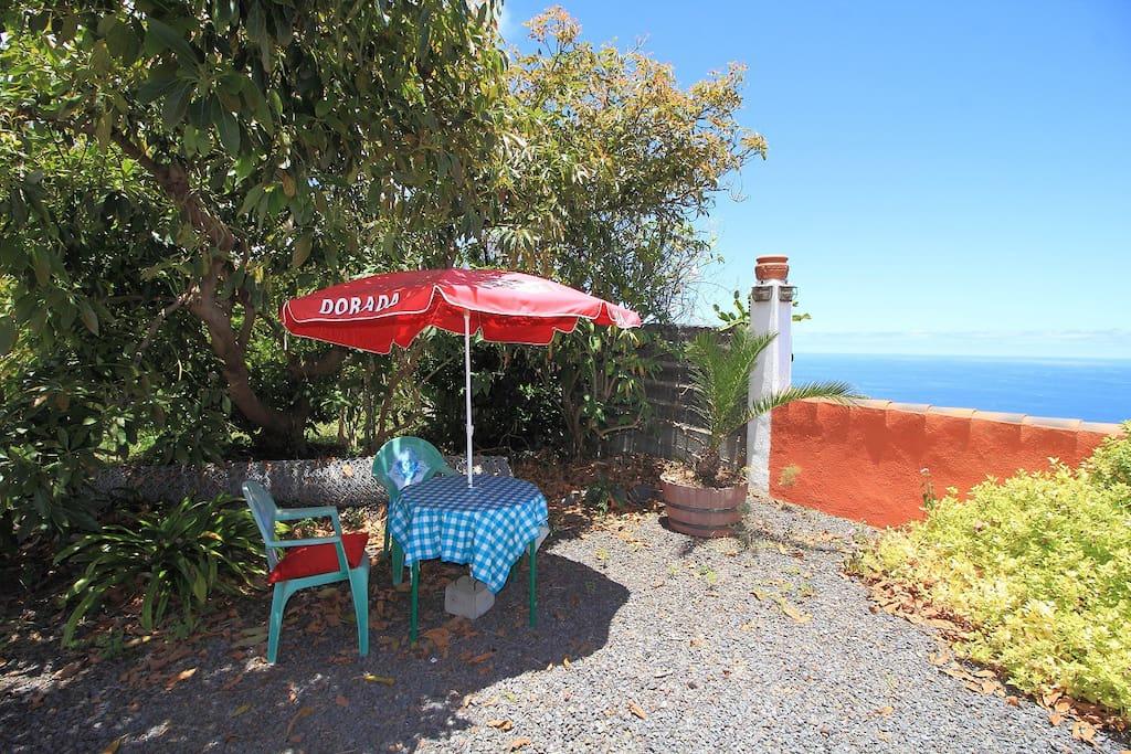 Jardín común con vistas al mar y posibilidad de comer y cenar al aire libre