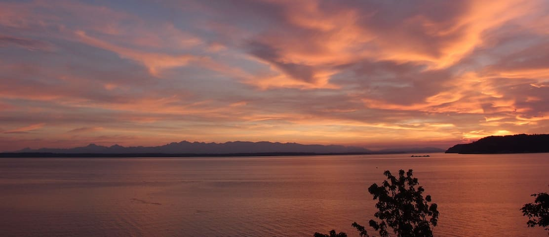 Waterfront suite, incredible views - Edmonds - Huis