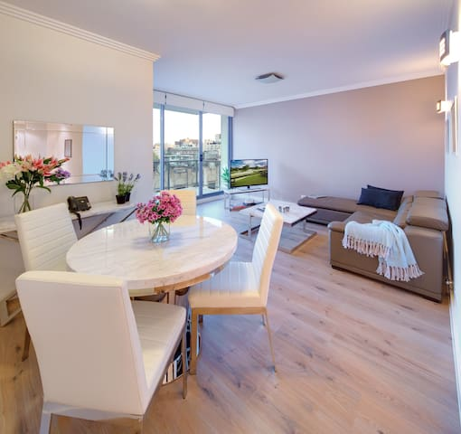 LUX Three Bedroom Apartment - In the Heart of Sydney