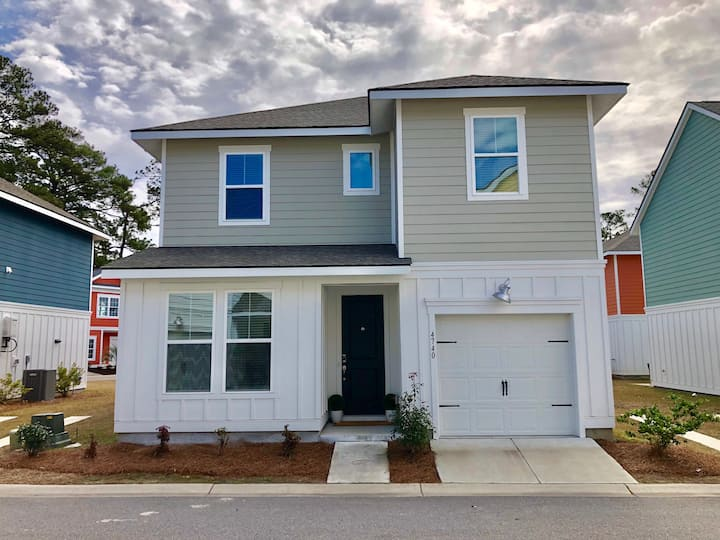 4 Bedroom NEW Home*Beach 2 miles* Central location