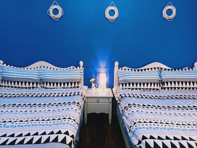 大房型雙床 2-4人房 *陽台、電梯、獨衛。藍色地中海。趣墾丁民宿 Fun Trip Kenting