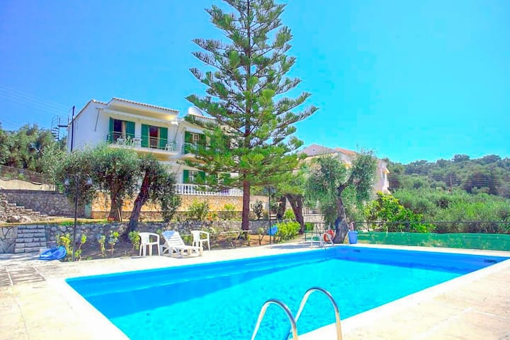 Frangiskos Tria: Corfu Apt, shared pool, A/C, WiFi