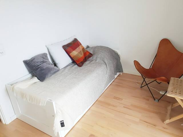 For 2 persons the bed can be drawn out to become a double bed of 2X80X200 cm.