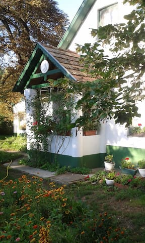 4 Room Picturesque Country Cottage (Budapest-80km)