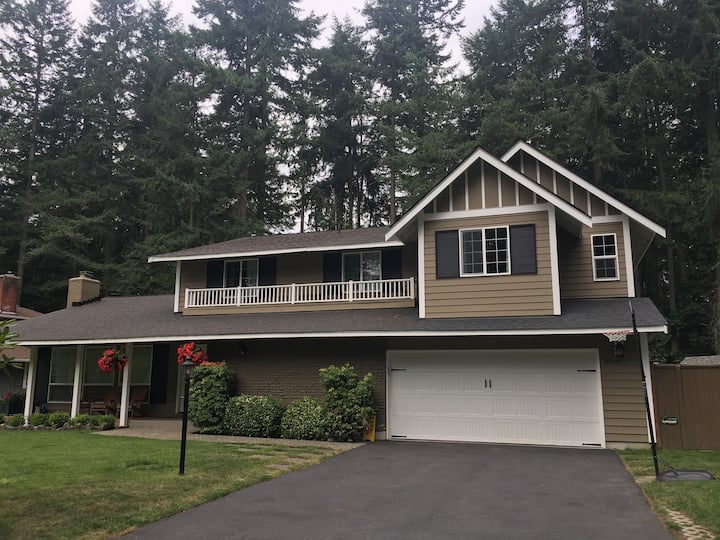 Large Chambers Bay home with 5 beds!