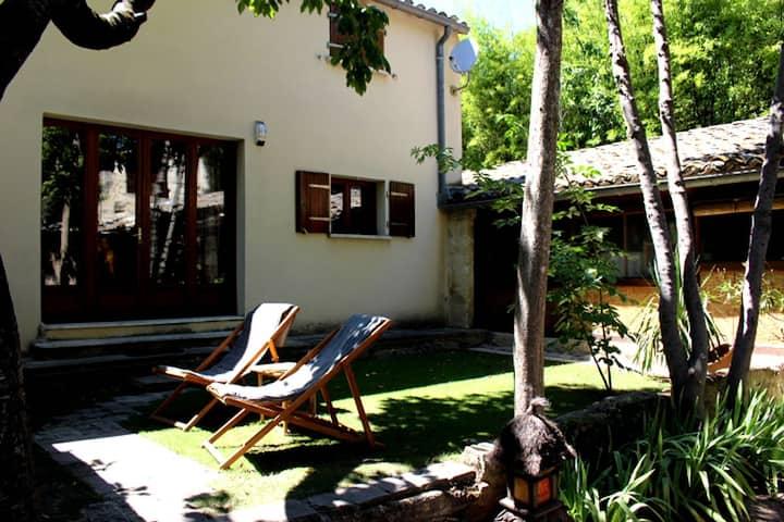 Studio/loft donnant dans un jardin calme à Uzès