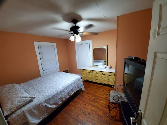 Listing O8- Private Room, Cable ,WiFi.