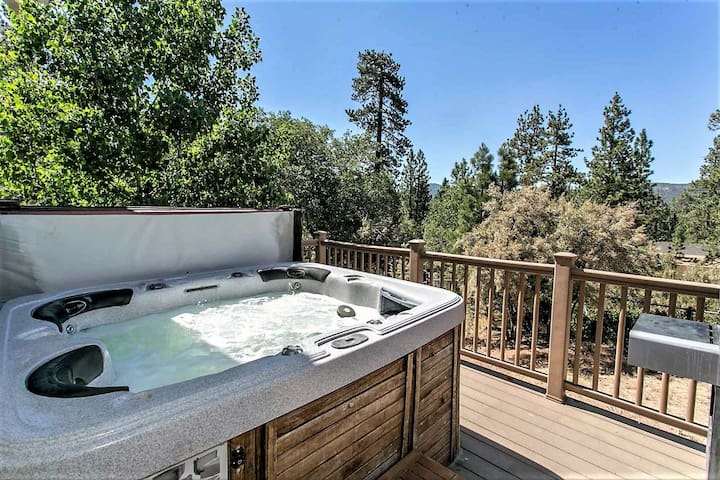 Grandpa's Axe Relaxing 2BR Downtown Cottage / Hot Tub w/ Views