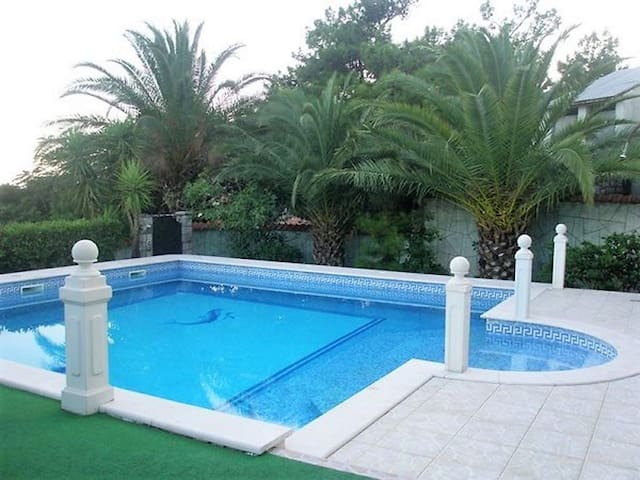 Deluxe villa with pool and sea view in Petrovac