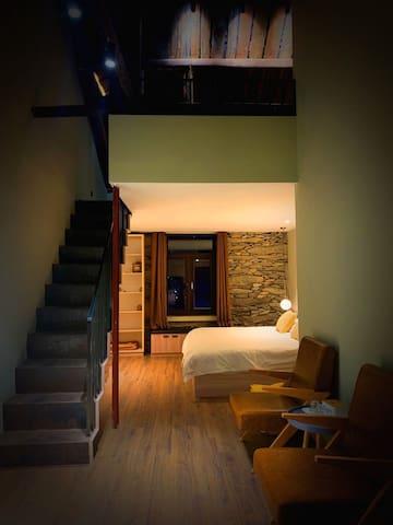 复式湖景房,楼下两米大床,楼上一米五床。