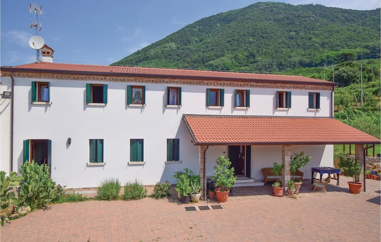 Holiday cottage with 4 bedrooms on 400m² in Zovon