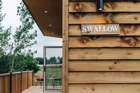 Swallow Lodge, luxury lakeside lodge with hot tub