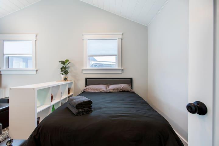 Freshly Renovated Private Larchmont Village Studio