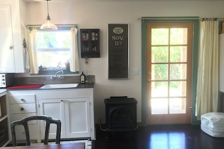 Eco-Chic Buttermilk Cottage - Arcata - Bungalov