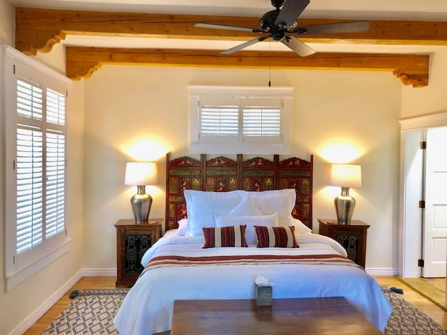Luxury Suite 750 sq.ft.-Walk to Plaza & Canyon Rd.