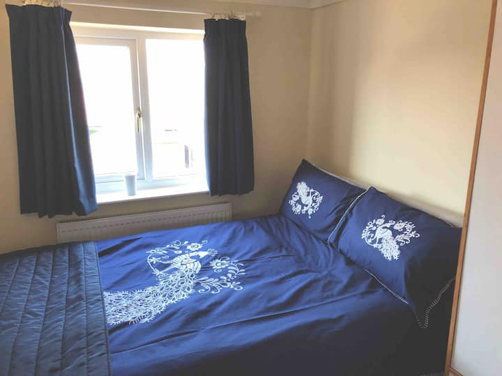 2 bed house, nice residential area, parking & wifi