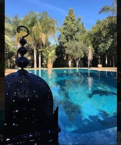 Suite vu piscine et petit déjeuner - Касабланка - Дом