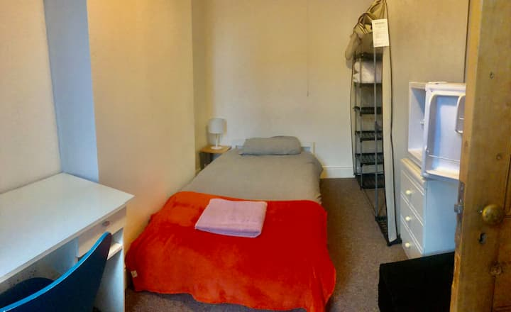 Single bed room, 10' walk to train station