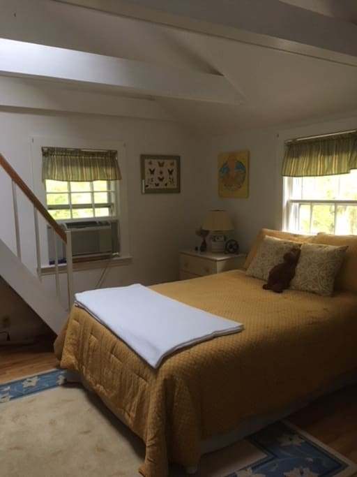 Guest bedroom with loft
