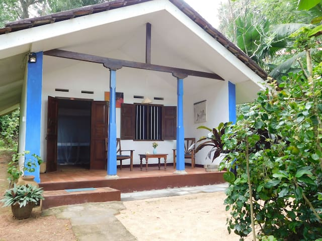 Compact bungalow, beach front, vintage, relax