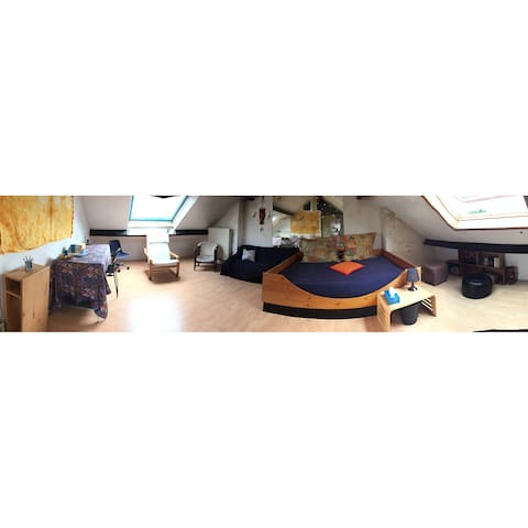Grande chambre, espace travail, coin détente