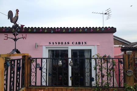 SANDRAS CABIN (double room with kitchen & shower).