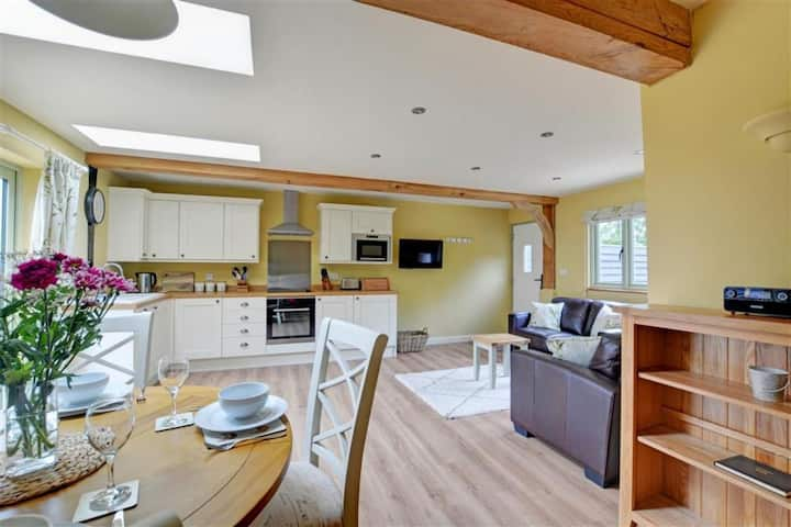 Relax at this well-appointed lodge in the hamlet of Whitwell and enjoy the tranquil surroundings of rolling fields and woodlands.