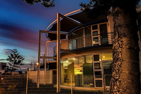 Iconic Beach Holiday House - Henley Beach - Hus