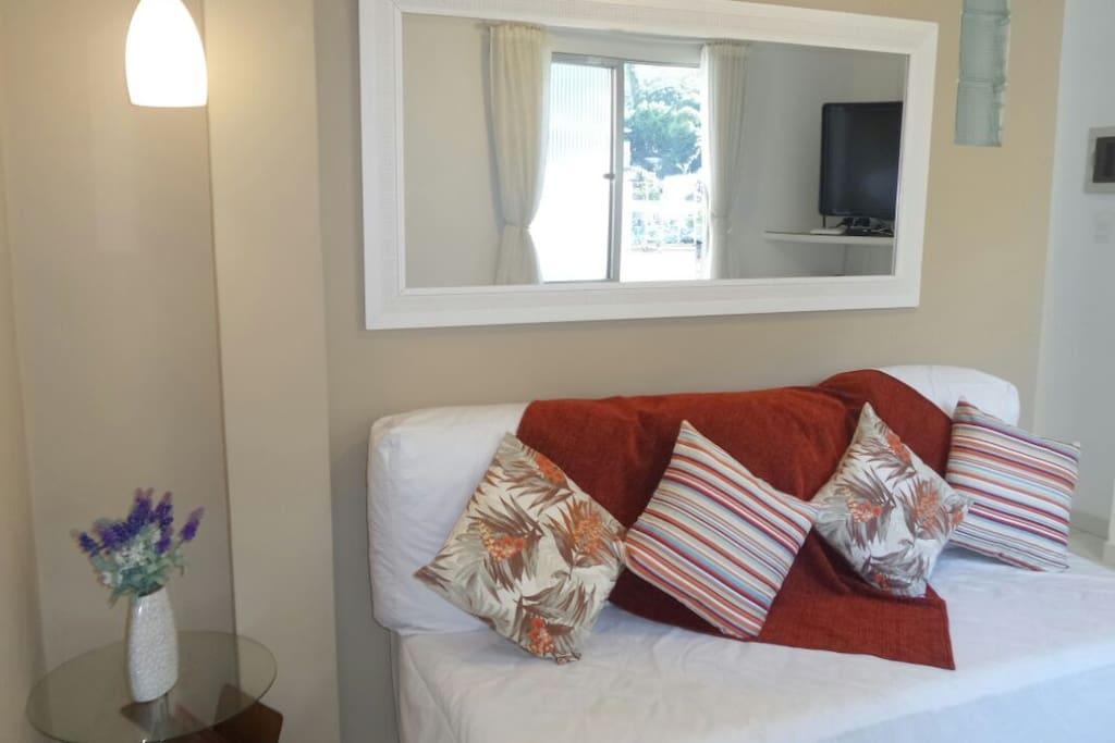 Apartamento recém-reformado e decorado. Muita luz e ventilação natural!