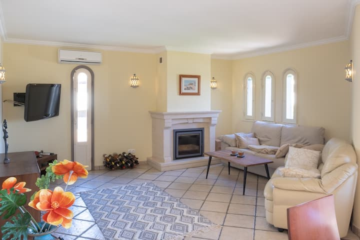 2 BEDROOM APART JUST A SHORT WALK FROM THE CENTER