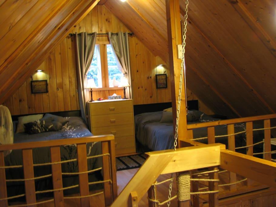 La chambre est à la mezzanine avec deux lits double