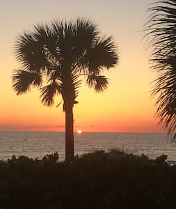 3Bdrm 3FBth, TwnHm, Pet friendly, Steps to Beach