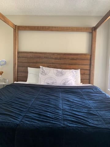 Close to airport! Cal King bed, private restroom,