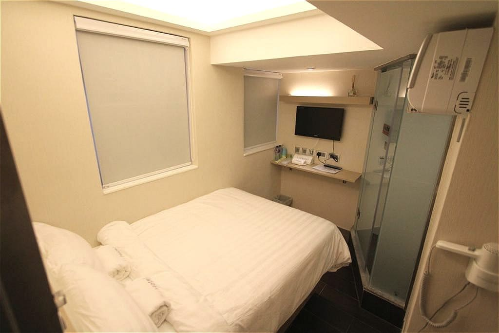 "房間內床的尺寸為4""X6"",房間面積為9平方米。 Room is facilitated with a 4' x 6' bed.Room size is 9 square meters."