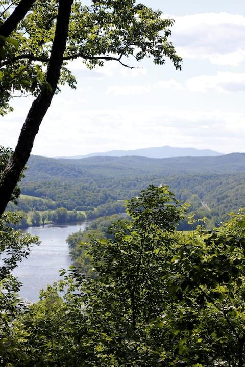Grand View Cabin. Private Getaway w/ Farm & River!
