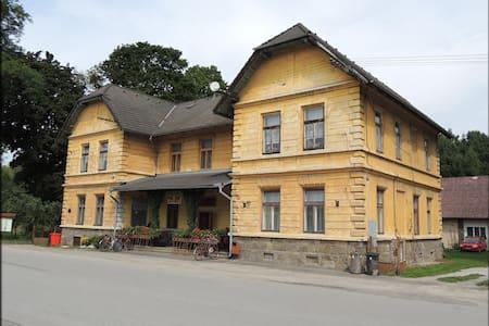 Pokoj pro tři v historické budově na Jakuli
