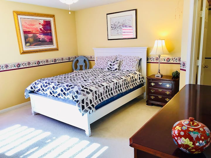#3 Spacious Private Bedroom-Queen Bed, desk & clst