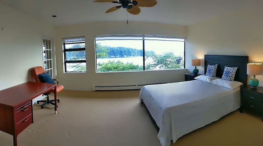 Gorgeous waterfront room near new Public Market