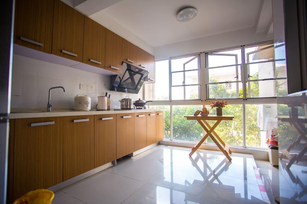 宽敞明亮的大厨房