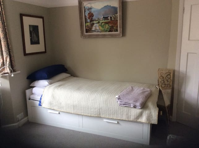 Quiet room in friendly Headington home