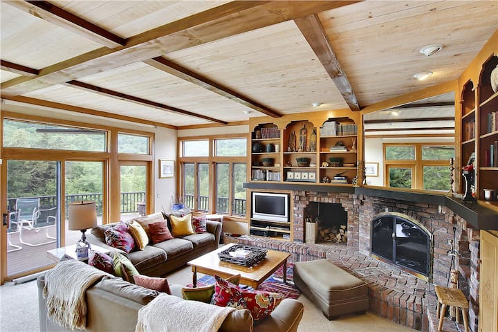 Upscale Five Bedroom close to Mountain Road, Cook's Kitchen, Hot tub, Gameroom