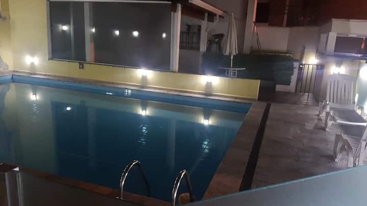Quarto completo com TV em APTO na Vila Olímpia